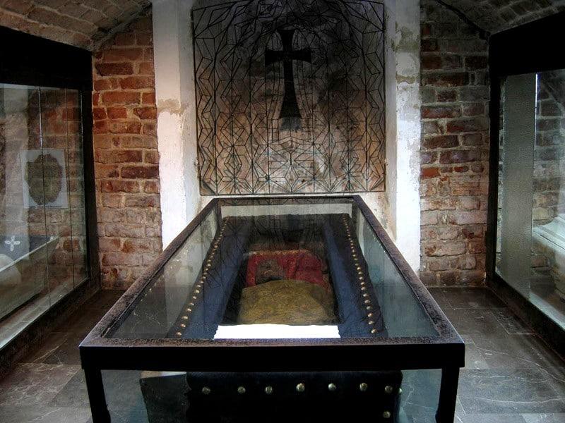 gebalsemd lichaam opgenbaard in klooster